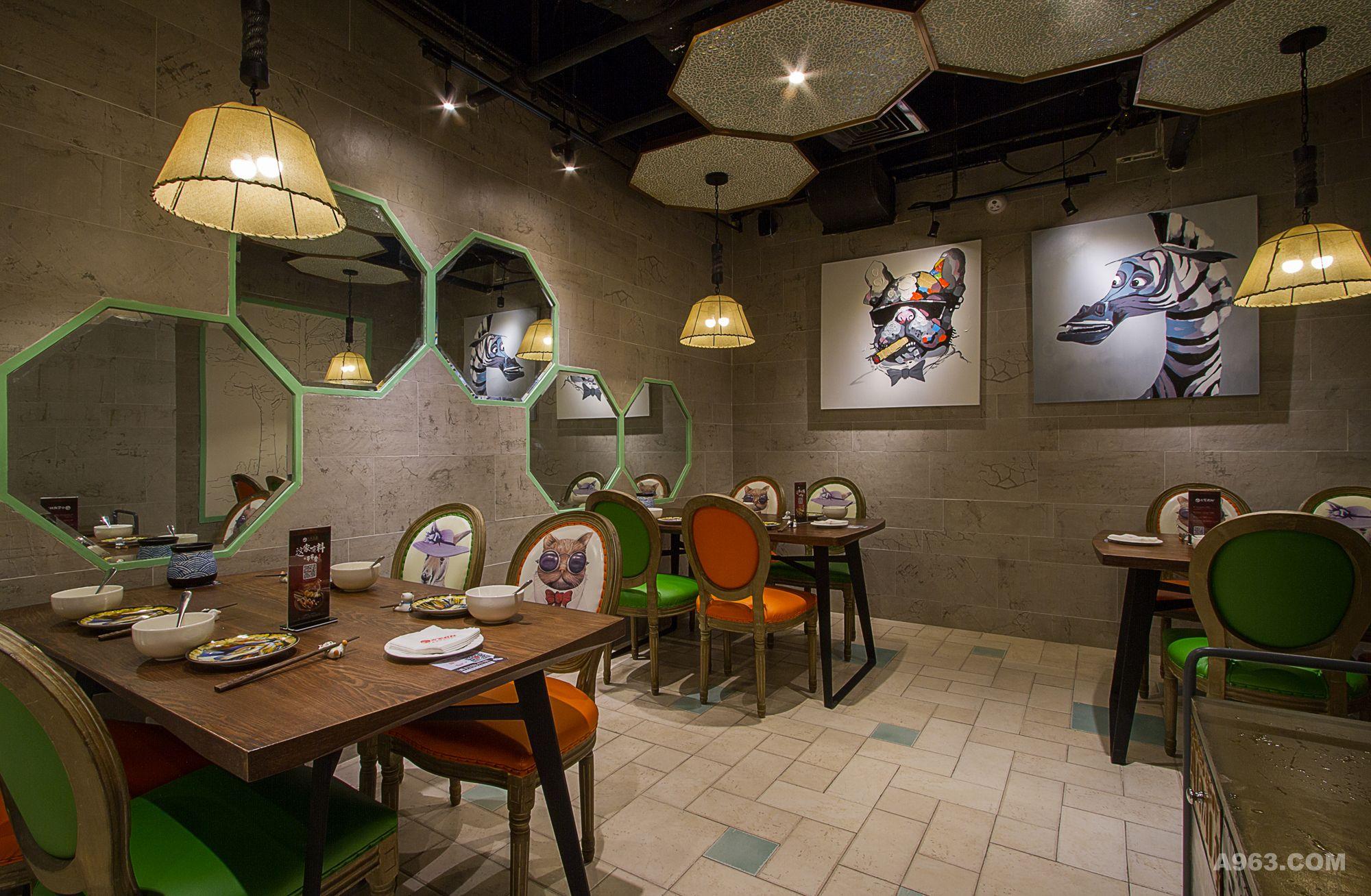 墙面异形明镜的装饰,丰富了空间层次,也方便就餐后的仪容修饰.