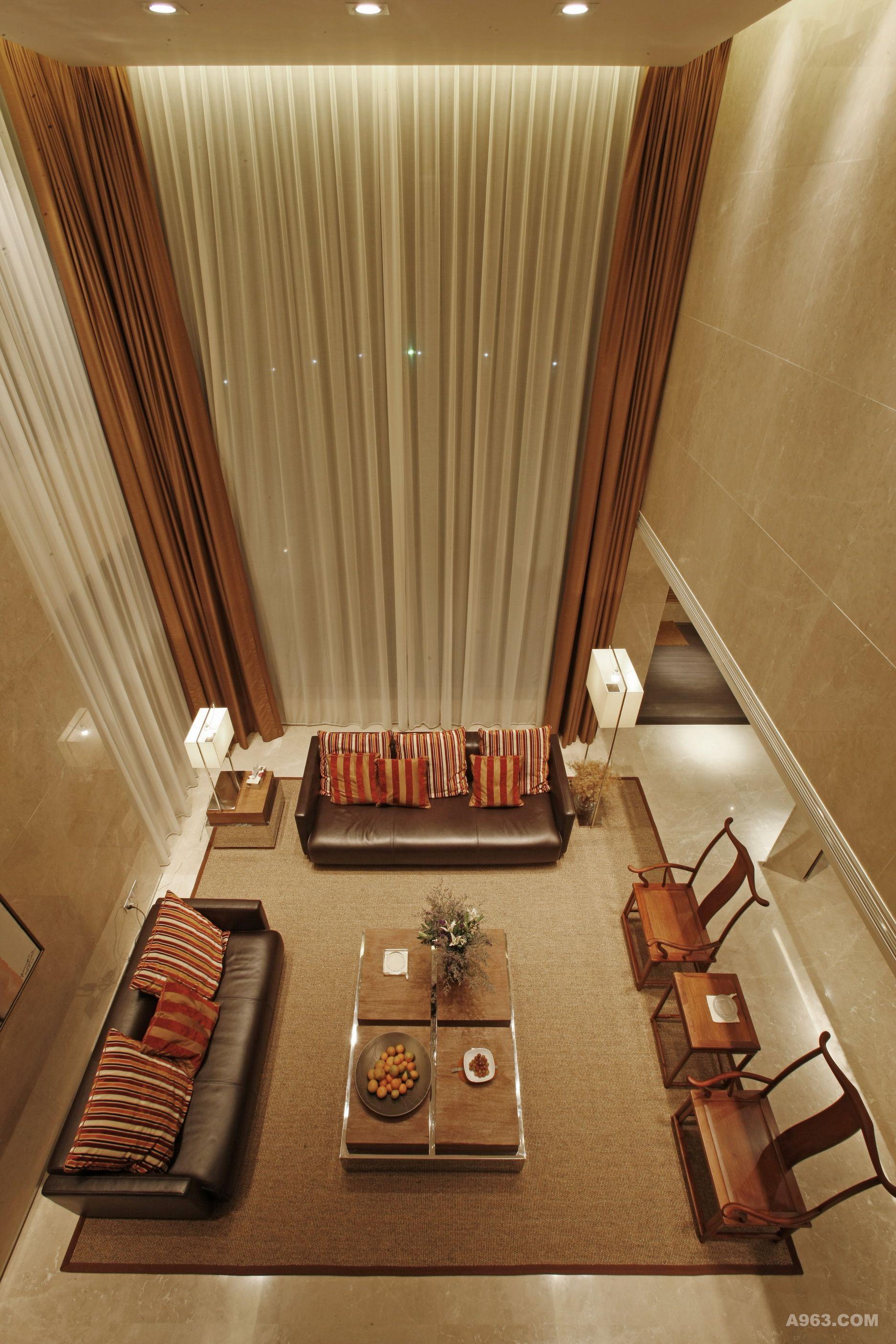 苏州东山别墅 中式风格的东山别墅设计古朴典雅,融合庄重与优雅双重气质,把传统结构形式通过重新的设计。组合成另一种民族特色标志符号。 本案楼盘的地点位于苏州吴中区东山,建筑面积548。 别墅的室内主要采用现代中式风格。设计师在设计时主要采用了玻璃、石材、木纹的水泥板等,在色彩搭配上主要以木色、米黄、白色为主让空间在颜色和质感上有一个冷暖和软硬的对比。