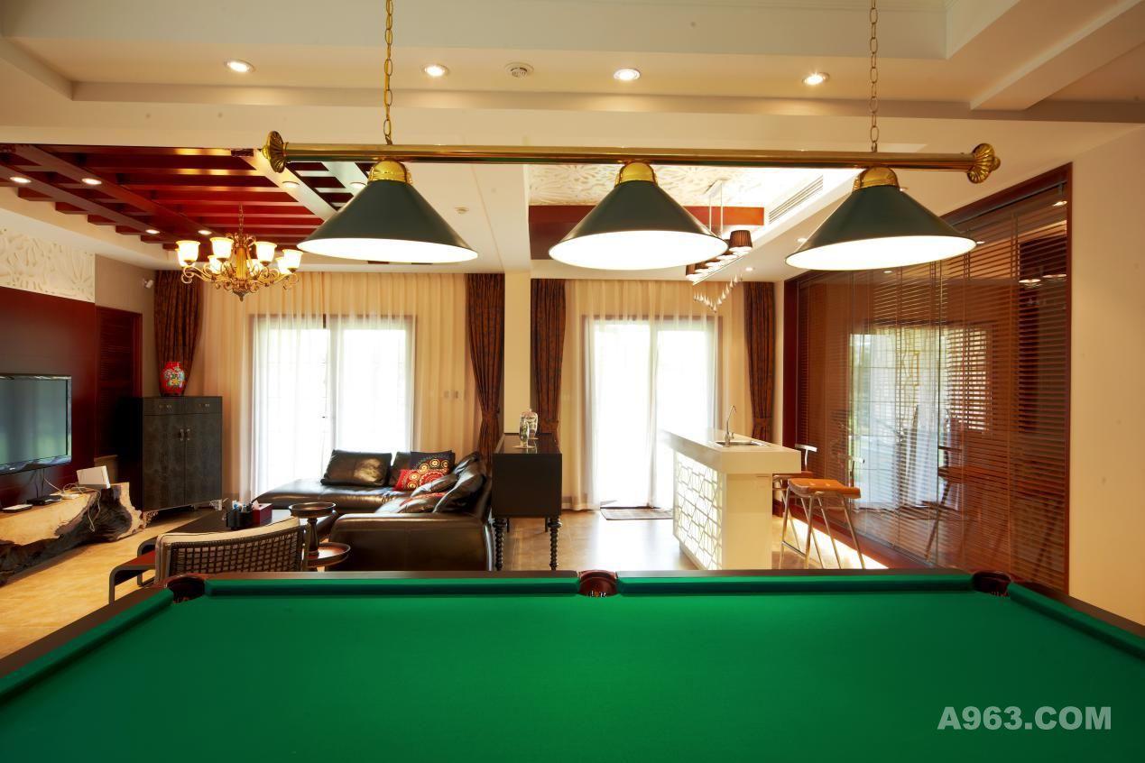 宽敞的家庭厅由桌球区,影视区,棋牌室,酒窖区,接待区,阅读区以及宽敞