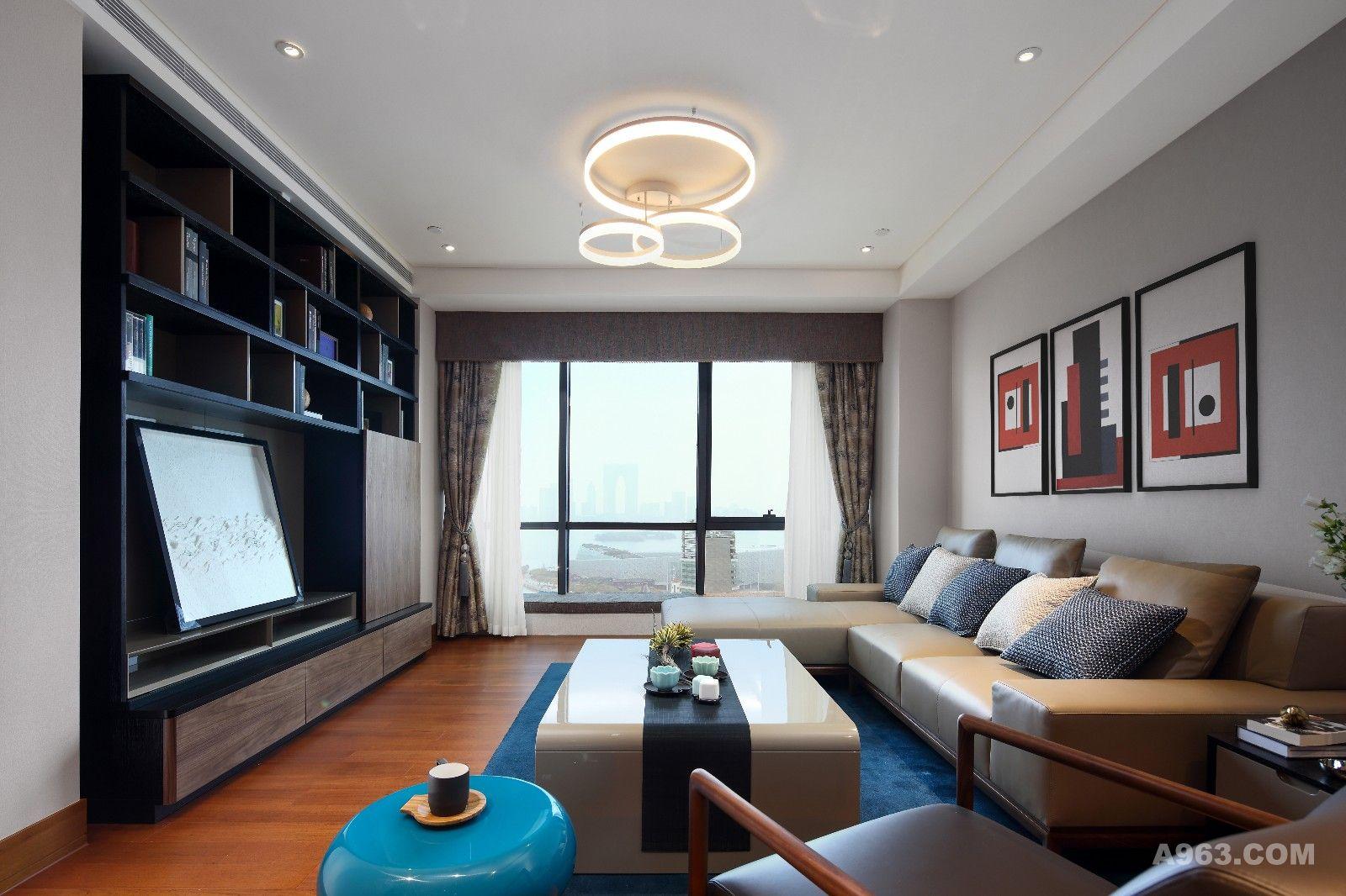 客厅不大,但功能齐全。电视背景墙选择了新主题的组合电视柜,多元化的储物空间,可隐藏电视的功能,倒圆的边缘,烤漆的背板,自然的木质,都带着温情隐去工业的痕迹。增加的纯书柜式的设计,满足了客户藏书的需求,让客厅也书香四溢。