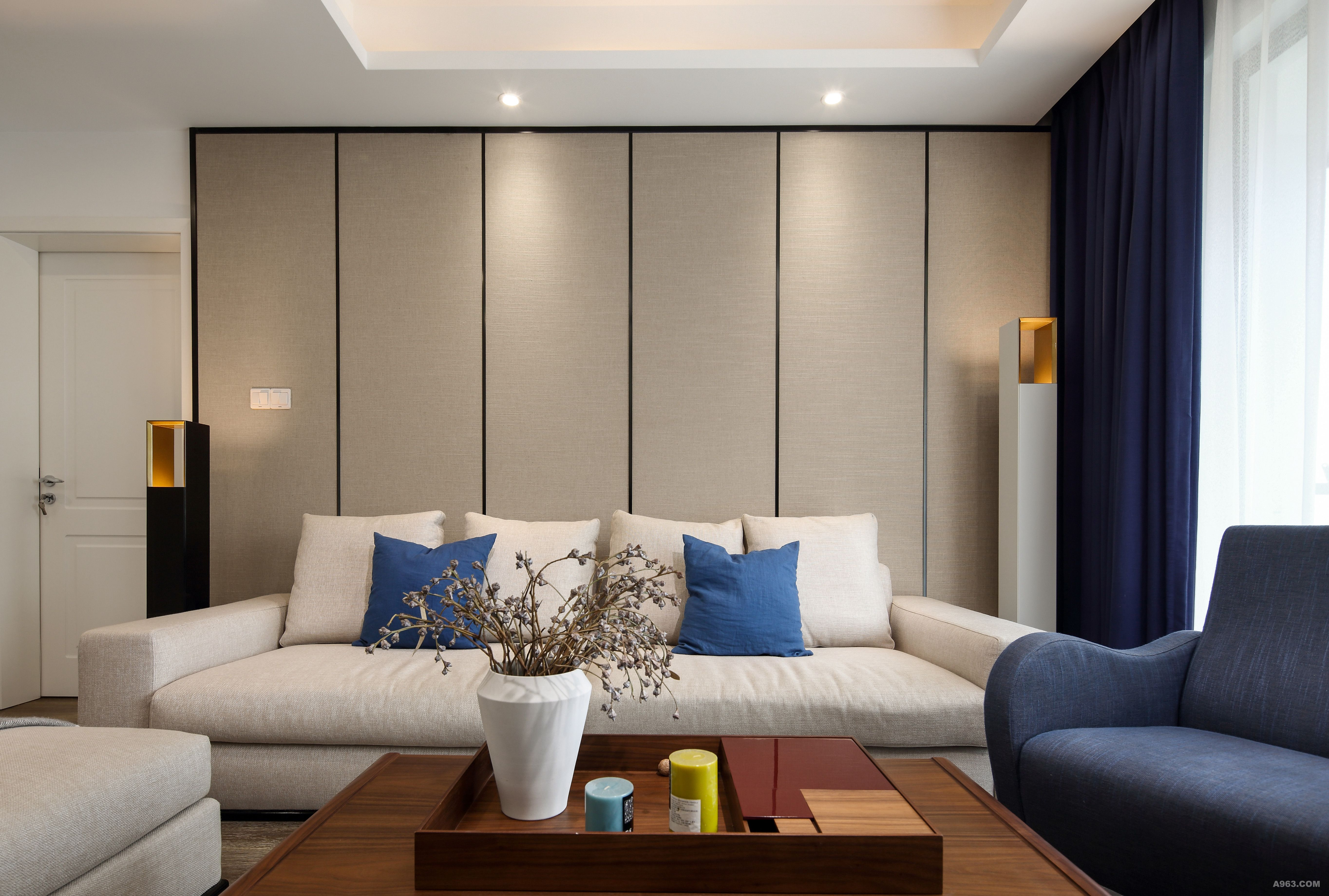 黑色亮面不锈钢卡条恰如其分的强调了沙发背景墙的线条感。